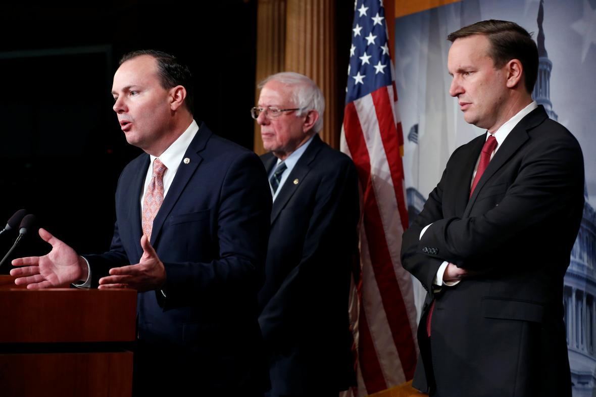 Senátoři Mike Lee, Bernie Sanders a Chris Murphy po hlasování o rezoluci k Saúdské Arábii