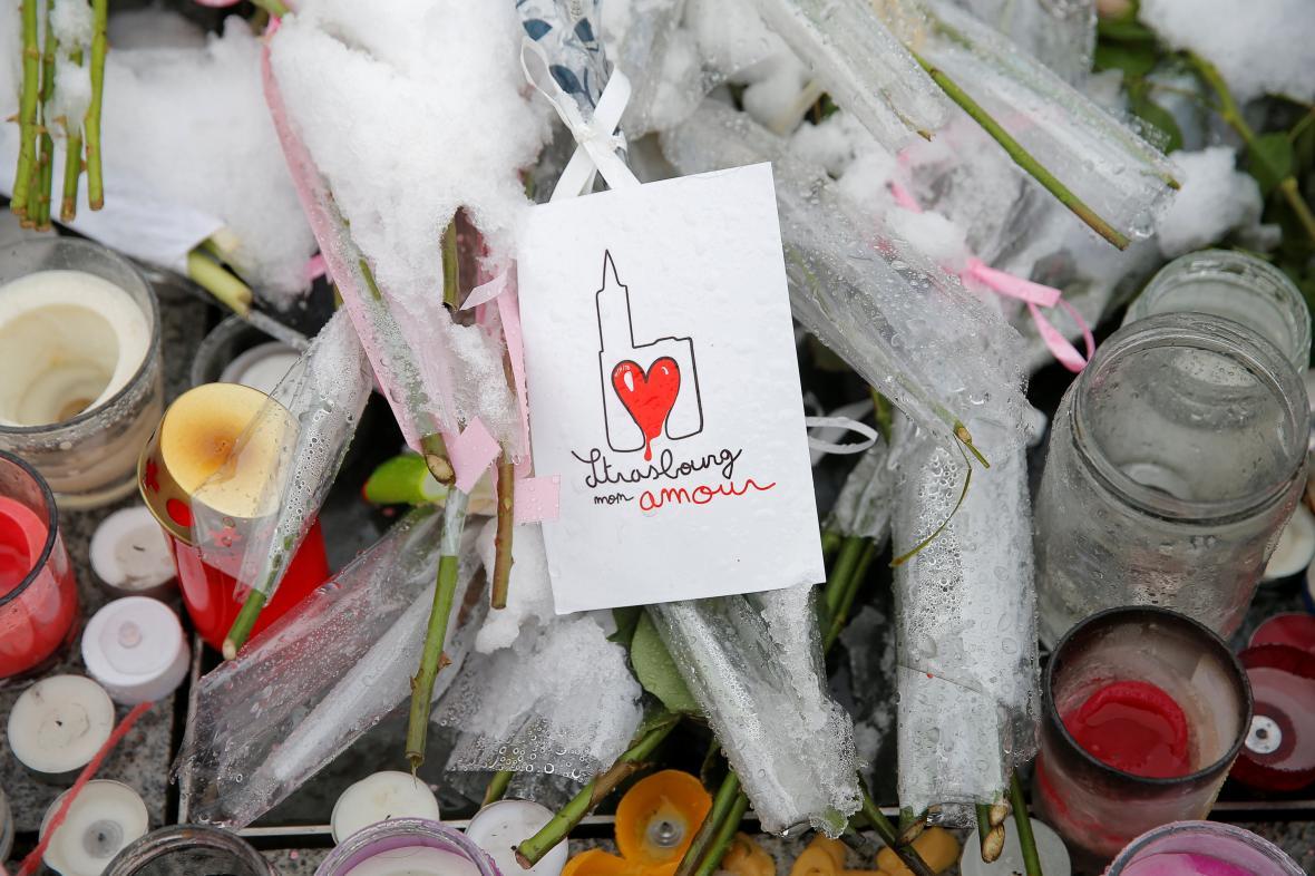 Svíčky na místě útoku ve Štrasburku