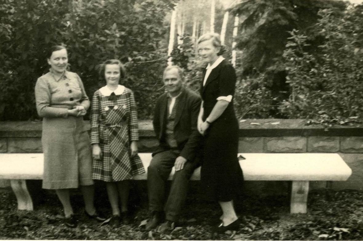 Rodina Frömlova na zahradě vily Stiassni