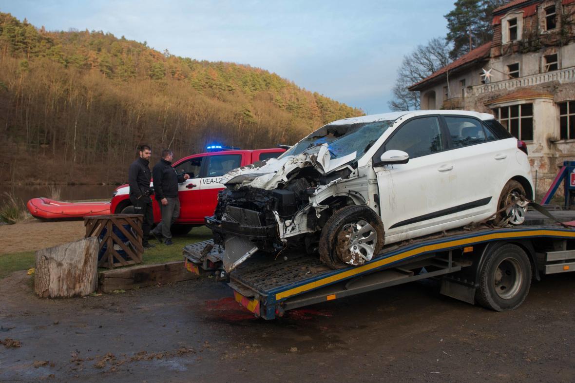 V obci Janova Ves na Mělnicku sjelo auto do rybníka
