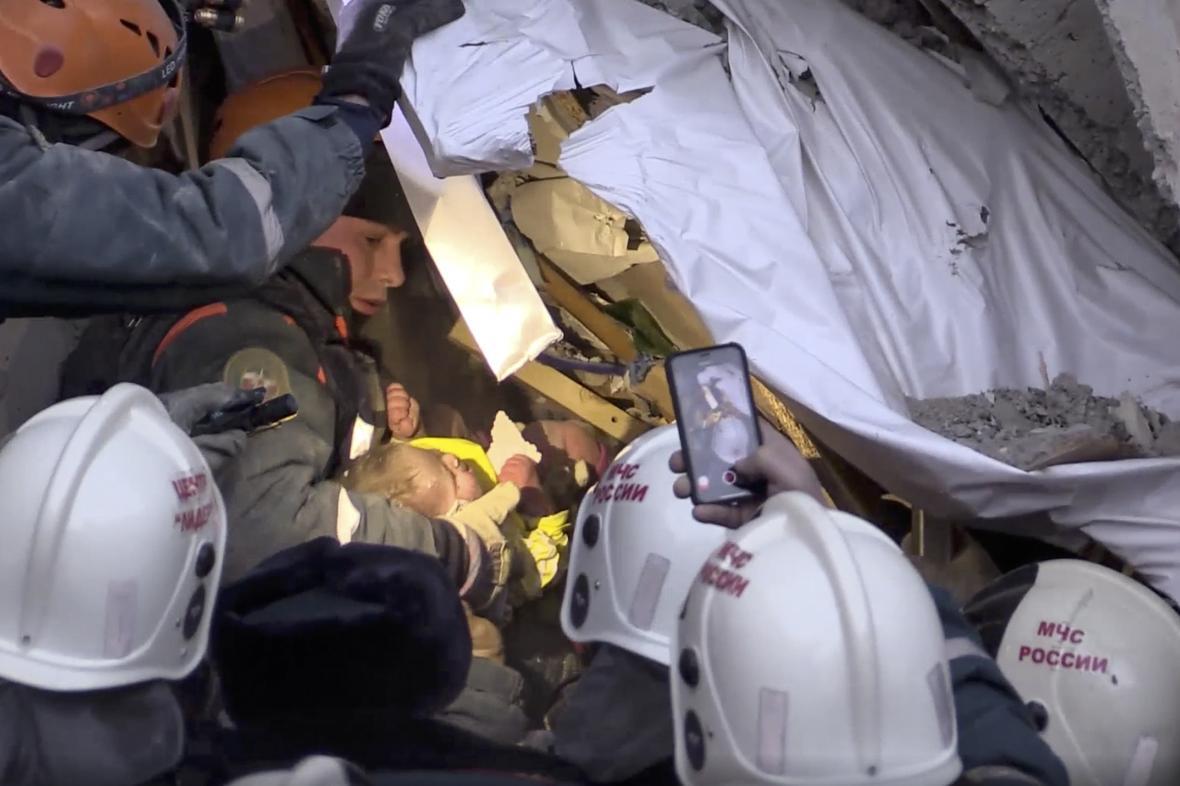 Záchranáři objevili v troskách domu živé batole