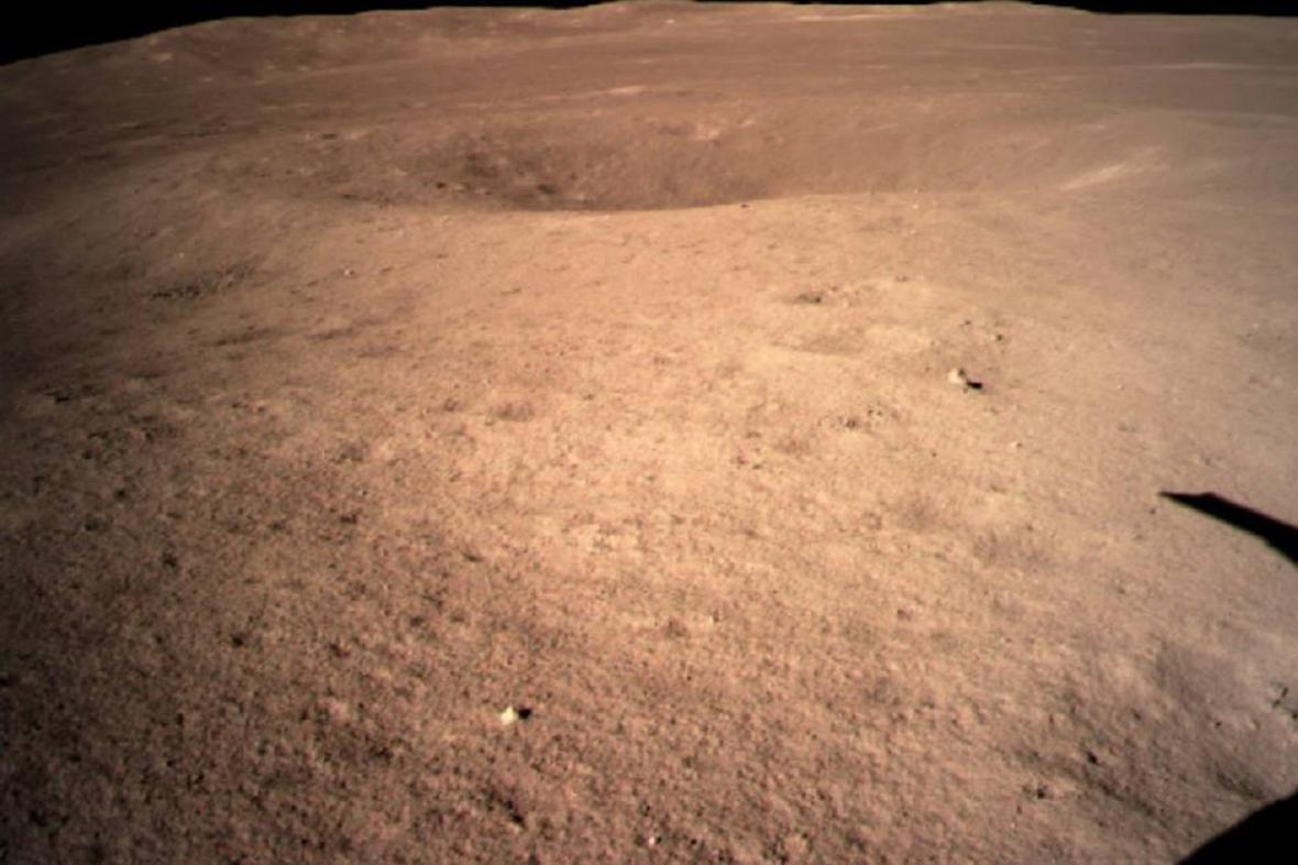 Snímek z místa přistání čínské sondy na odvrácené straně Měsíce