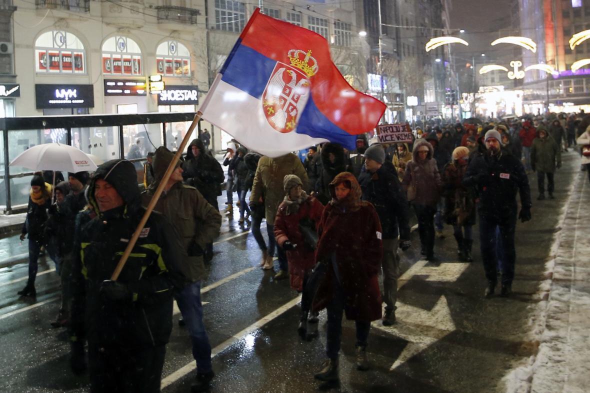 Několik tisíc lidí demonstrovalo v Bělehradě proti vládě