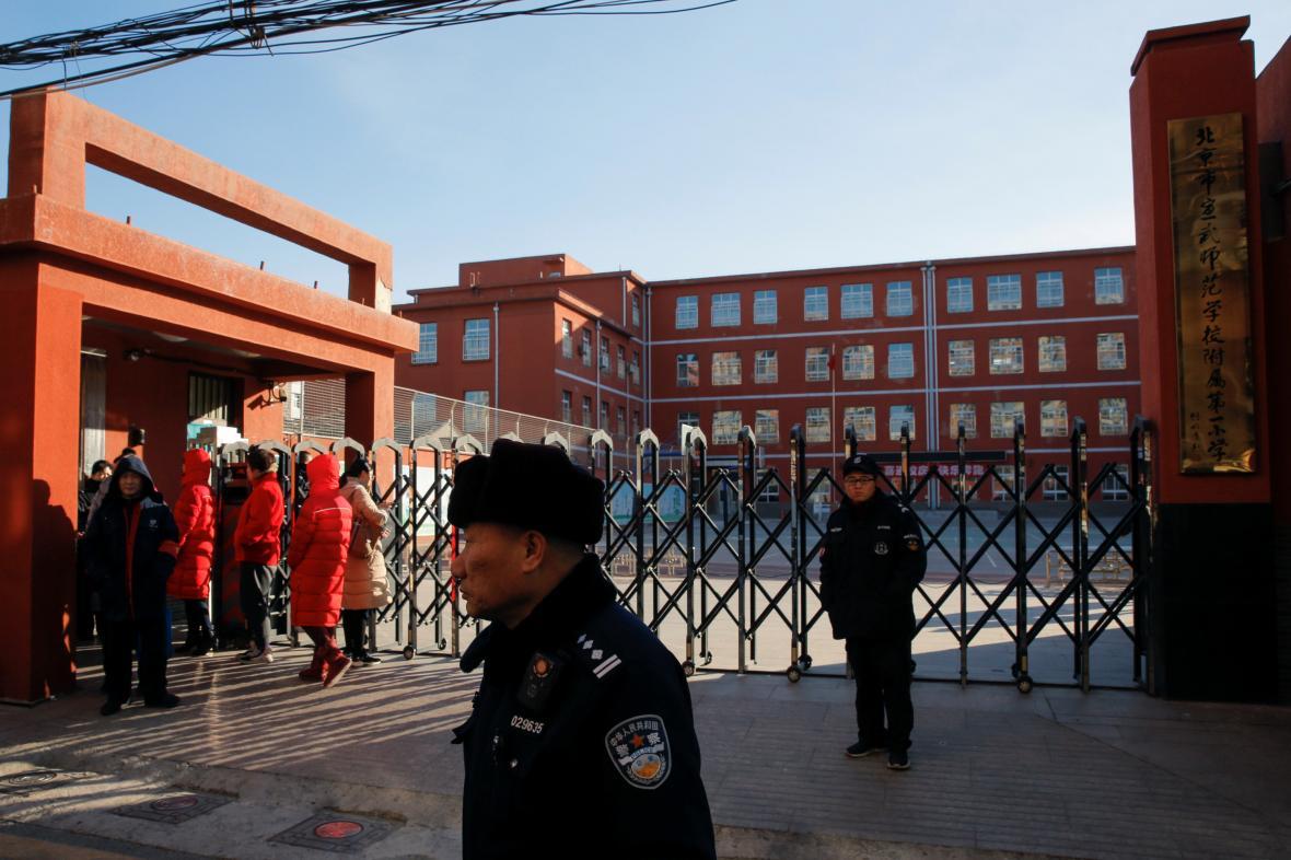 Policie vyšetřuje útok na školáky v Pekingu