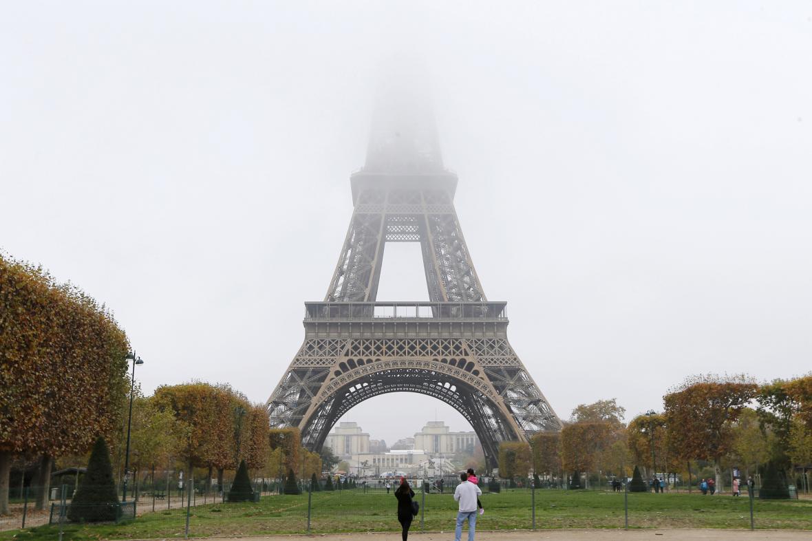 Eiffelova věž skrytá kvůli smogu
