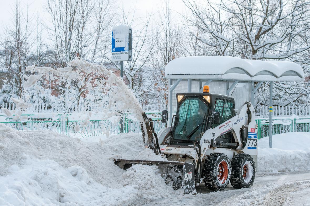 Technika odklízí sníh z jabloneckých ulic