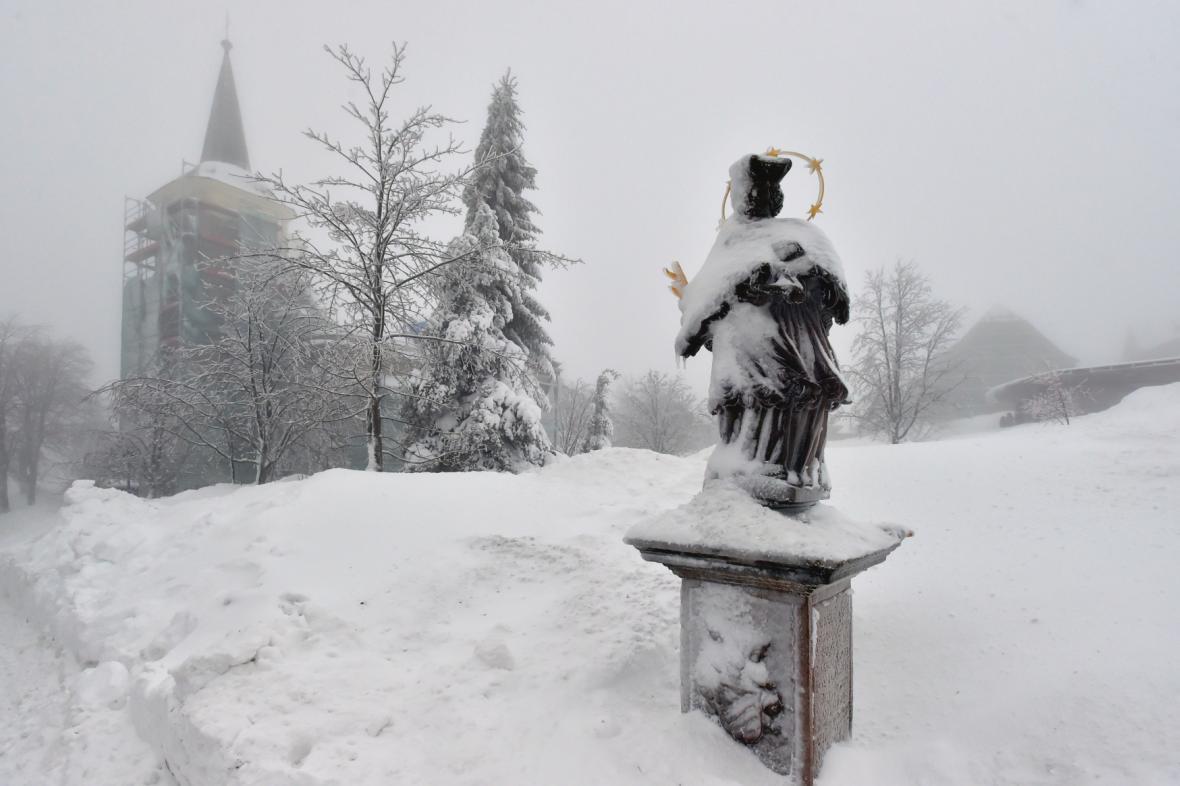 Boží dar zasypal sníh. Závěje dosahují až po střechu, cesty zmizely