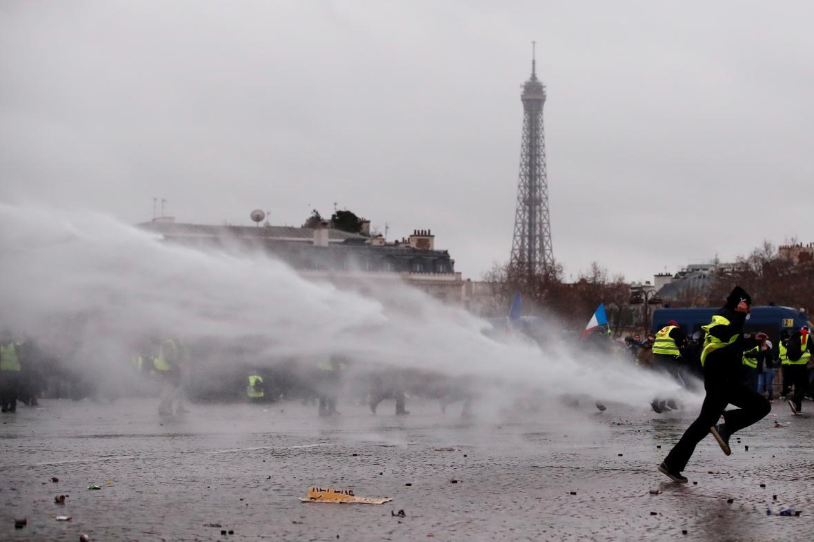 Policisté použili při protestu žlutých vest vodní děla