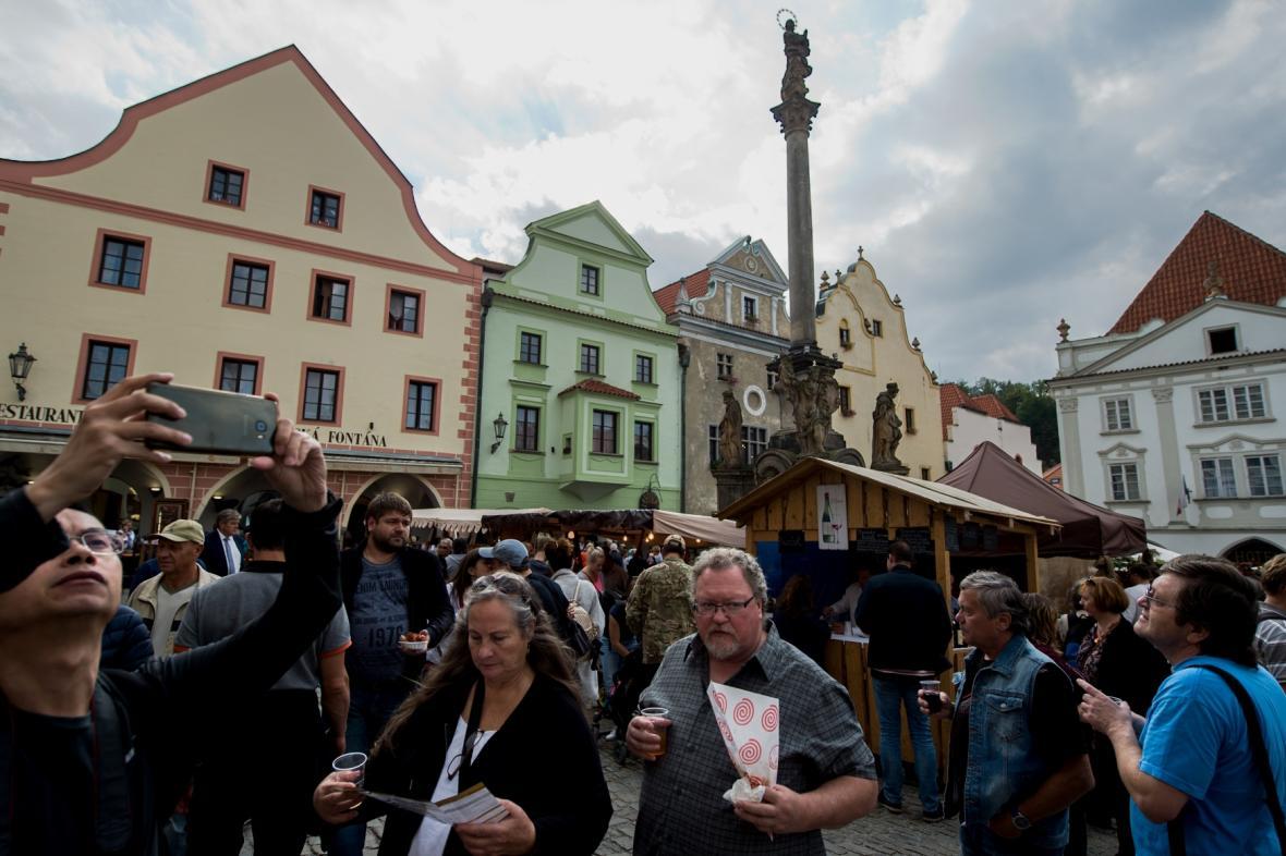 Lidé na náměstí v Českém Krumlově