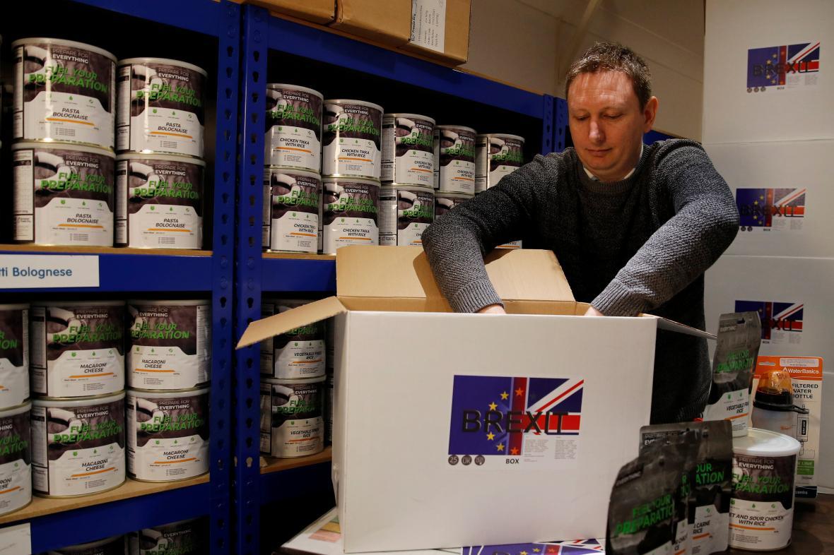 James Blake plní další krabici jídlem