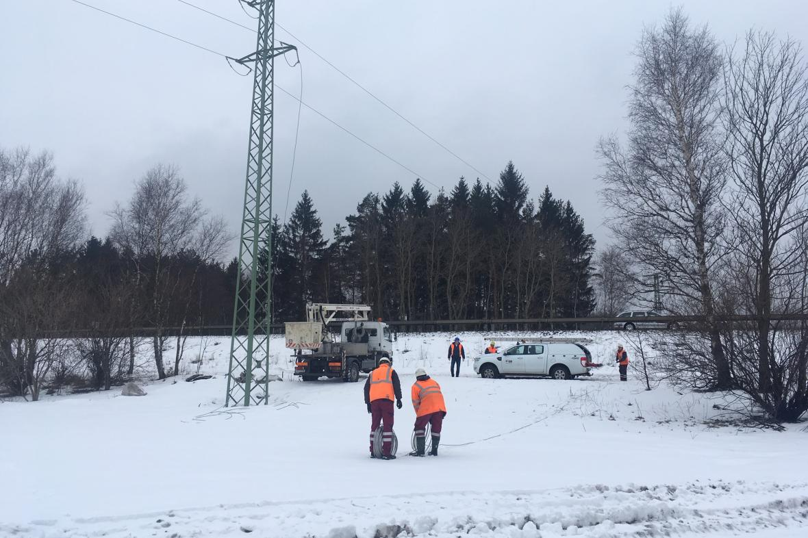 Oprava strhnutého vedení u dálnice D1