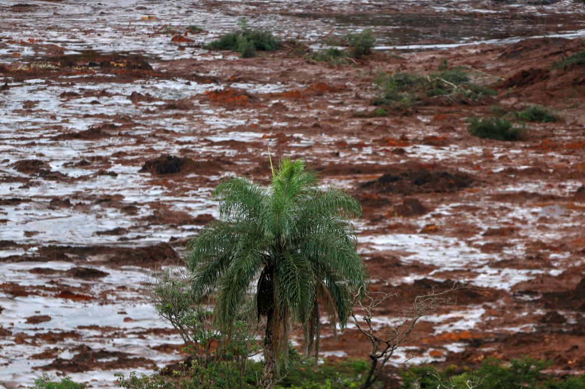 Oblast pod protrženou nádrží zaplavilo bahno