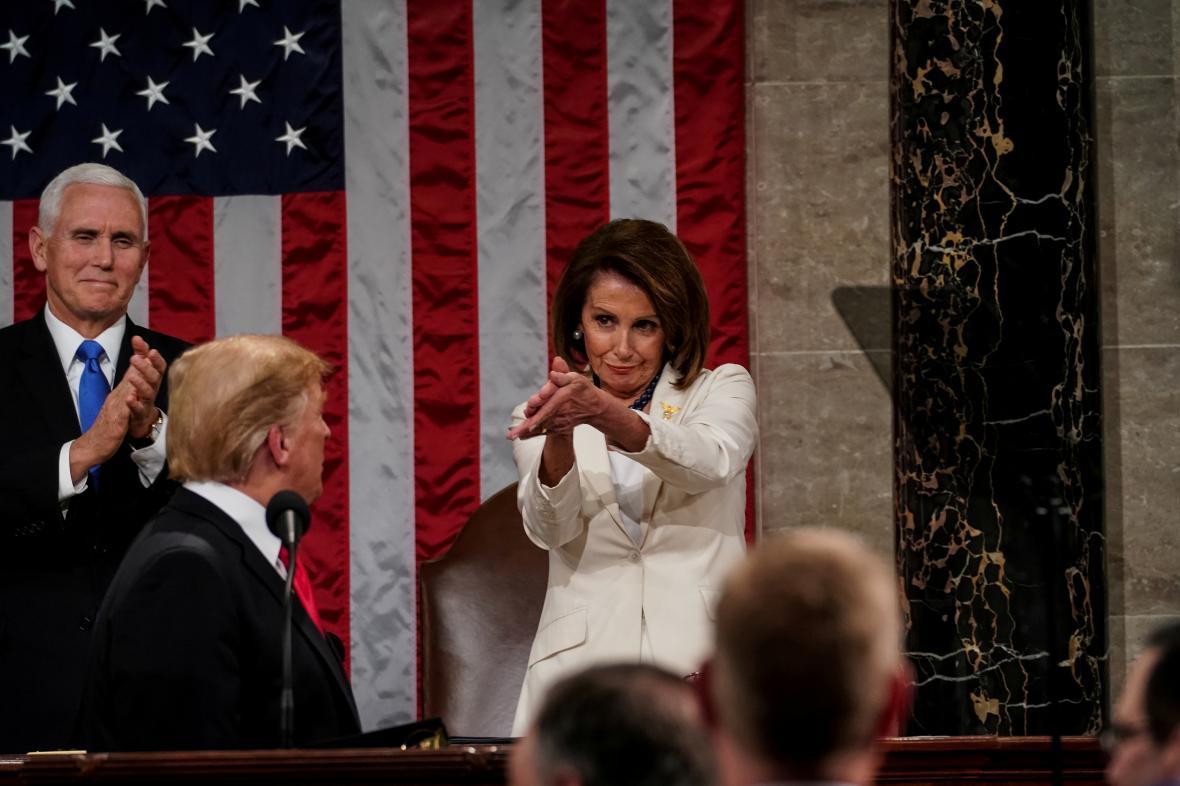 Diskutovaný potlesk Nancy Pelosiové