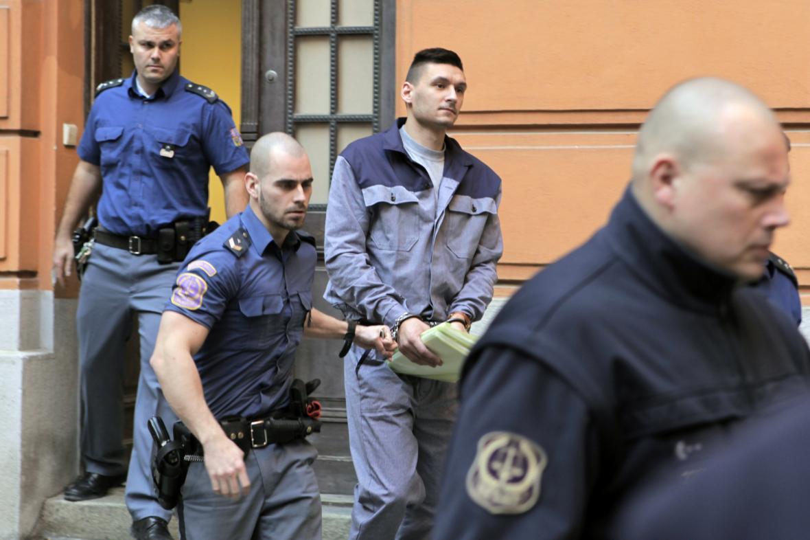 Eskorta přivádí ke Krajskému soudu v Brně obžalovaného Radima Žondru