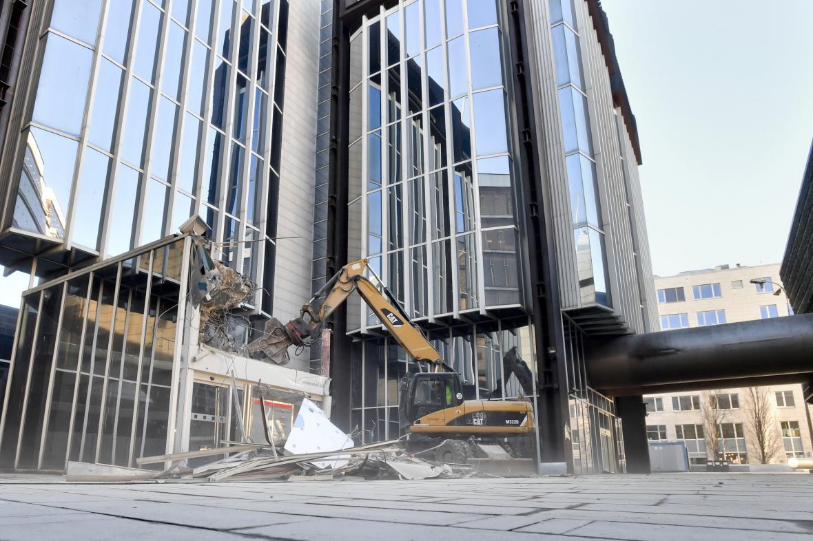 Přípravné práce na demolici Transgasu