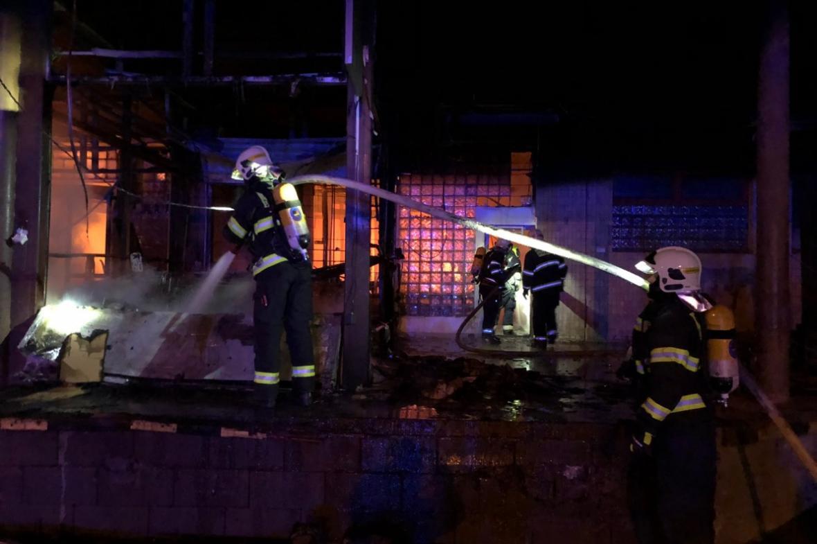 Hasiči požár haly v pražské Michli likvidovali několik hodin