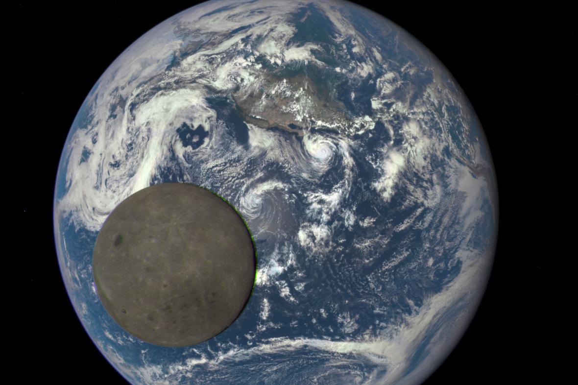 Snímek Země a Měsíce z družice DSCOVR