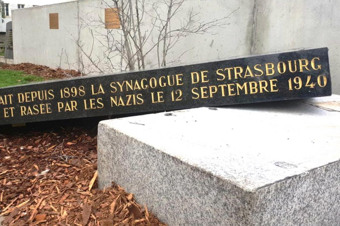 Poškozený památník synagogy ve Štrasburku