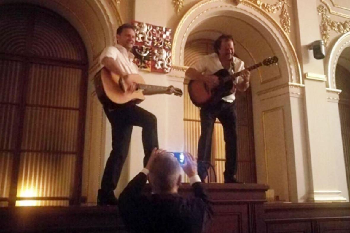 Vondráček hrál ve sněmovně na kytaru
