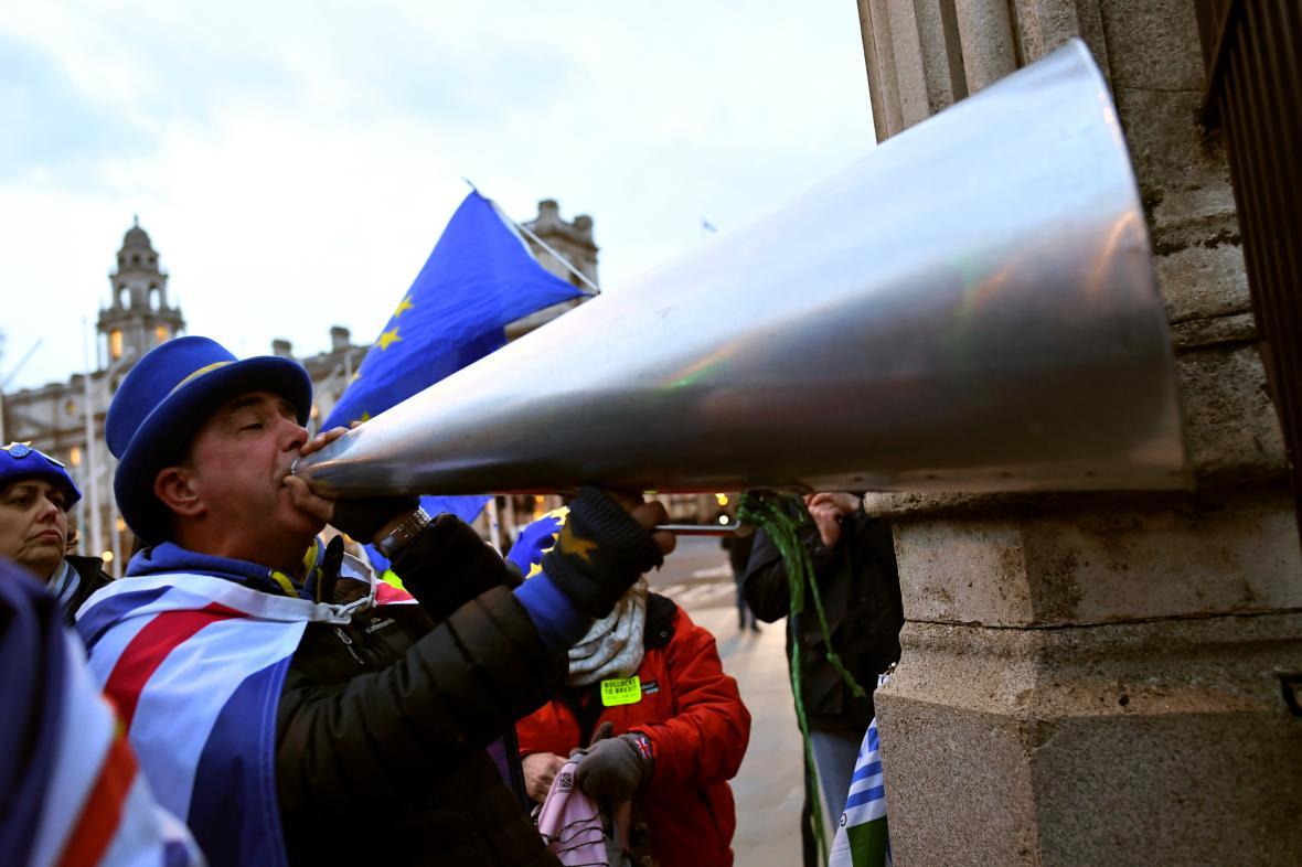 Demonstrant proti brexitu