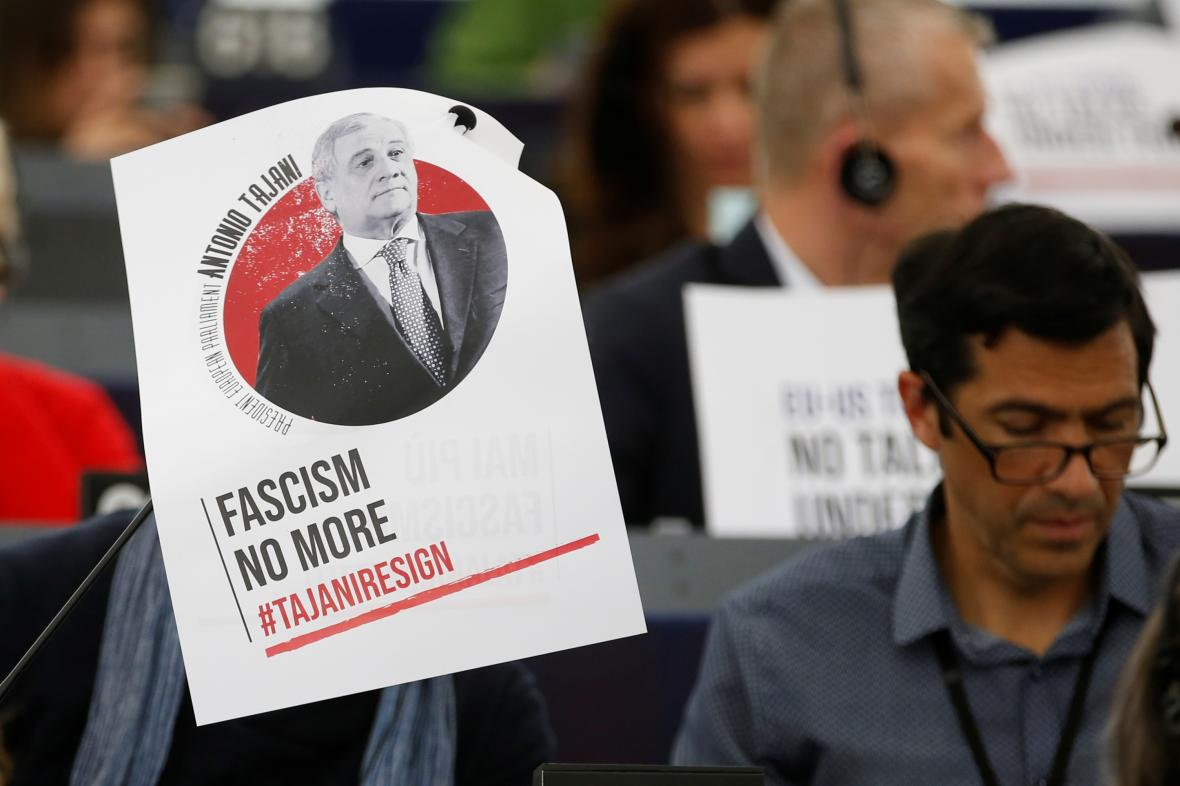 Europoslanci s plakátem požadujícím rezignaci Tajaniho