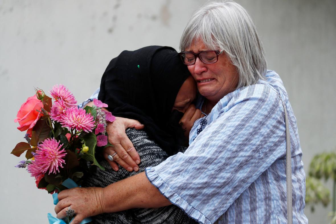 Obyvatelky Christchurche truchlí u mešity