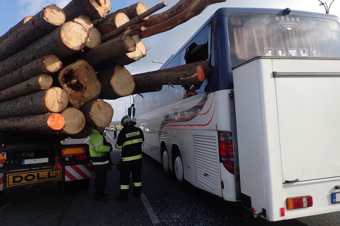 Nákladní vůz převážející dřevo narazil do autobusu s dětmi