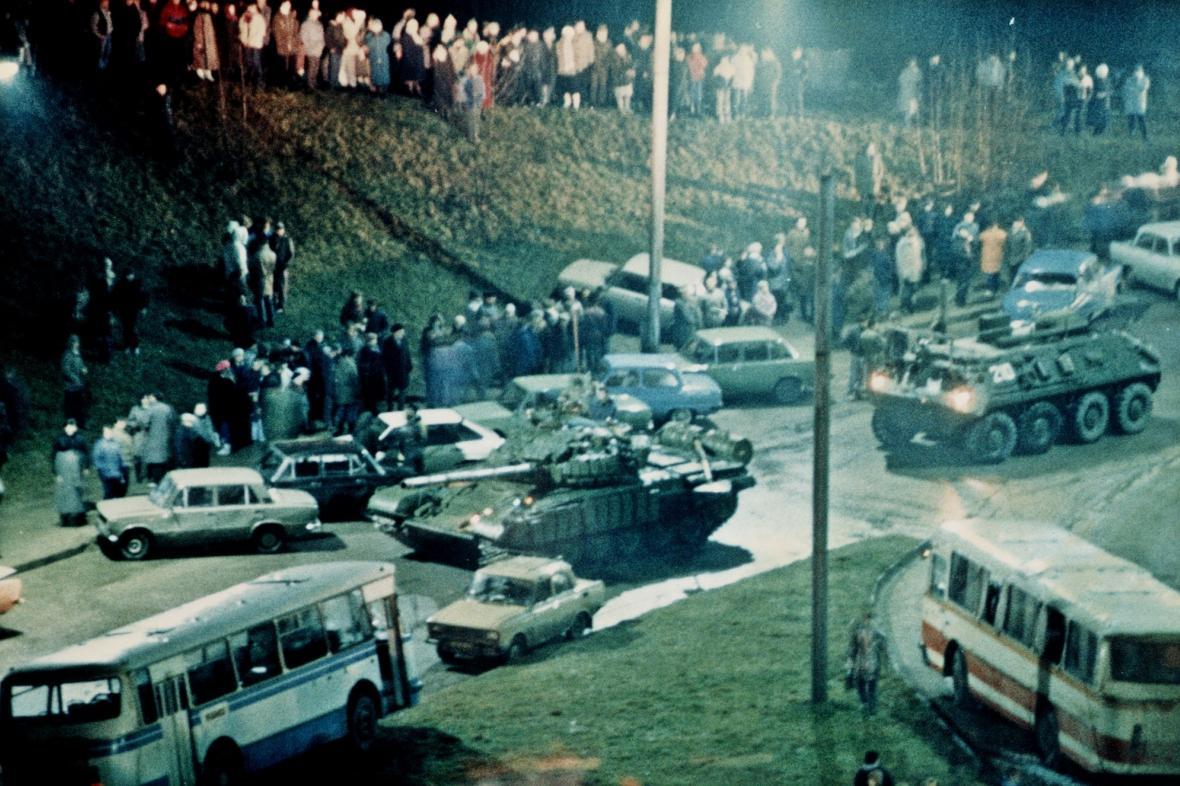 Sovětské tanky míří k vilniuské televizní věži (leden 1991)