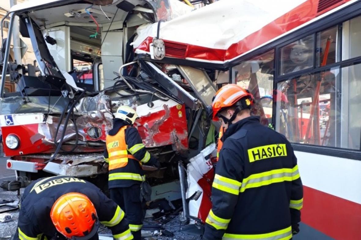 Hasiči zasahují u srážky tramvaje a trolejbusu v Brně