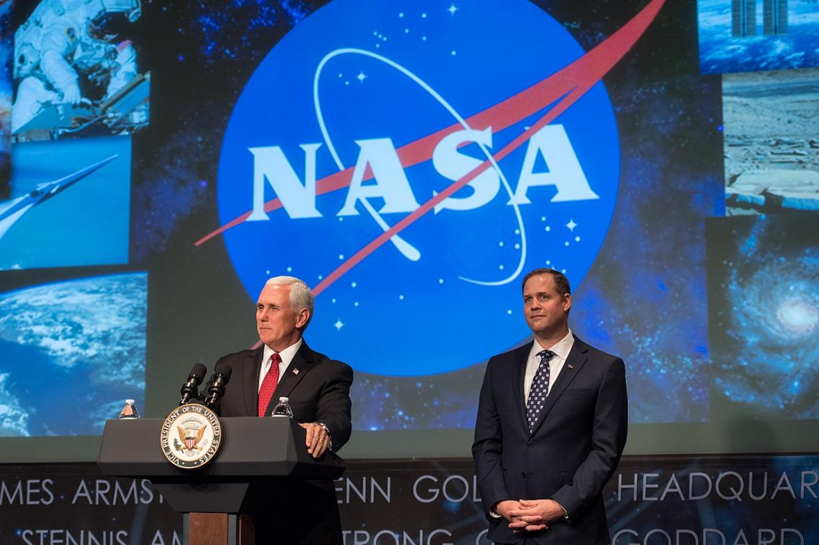 Viceprezident Mike Pence a ředitel NASA Jim Bridenstine