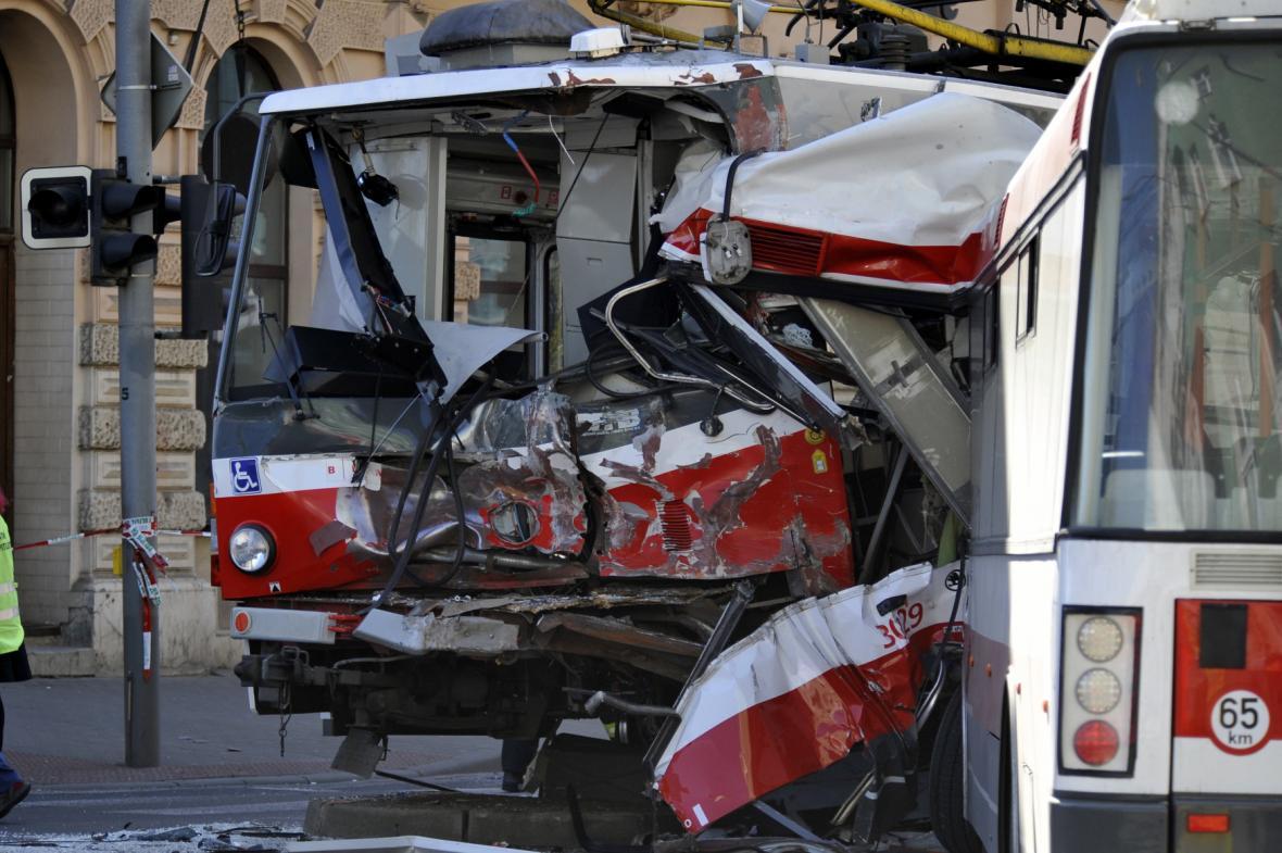 Zdemolovaný trolejbus a tramvaj po nehodě v Brně