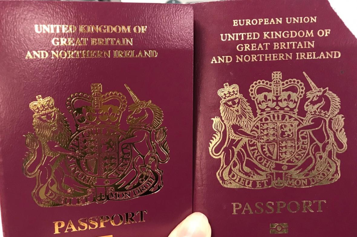 Britské úřady začaly vydávat cestovní pasy bez nápisu Evropská unie