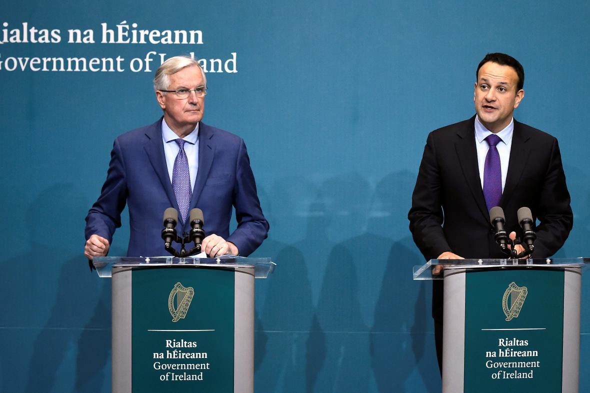 Irský premiér Leo Varadkar s Michelem Barnierem v Dublinu