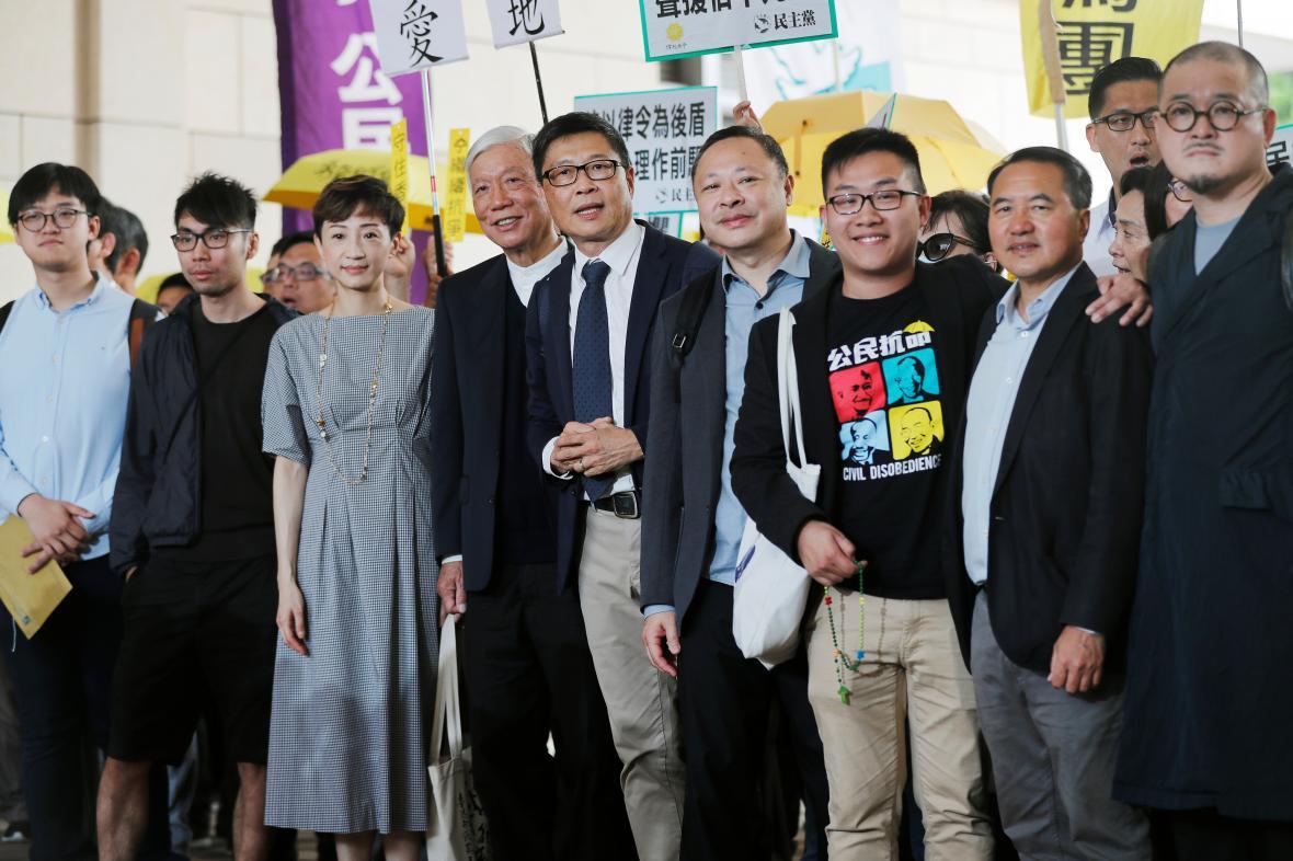 Devět organizátorů protestů před soudní budovou