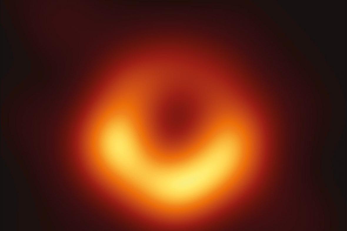 První snímek černé díry