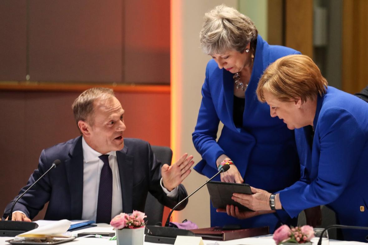 Donald Tusk, Theresa Mayová a Angela Merkelová na summitu