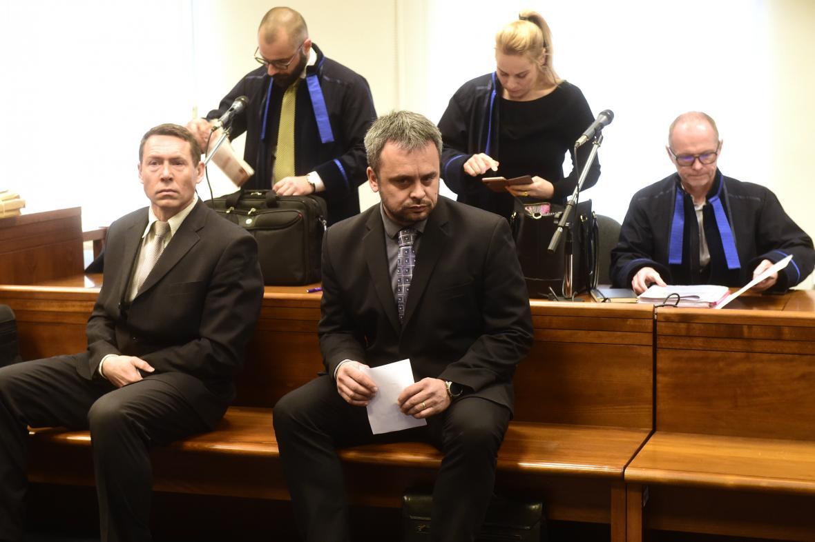 Obžalovaní Filip Šlezar a Jiří Havlíček (vpředu zleva)