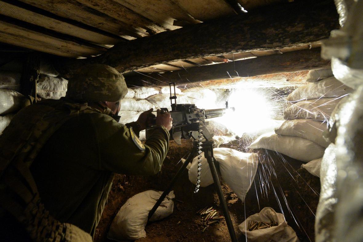 Ukrajinský voják střílí 10. dubna na protivníky u Luhansku