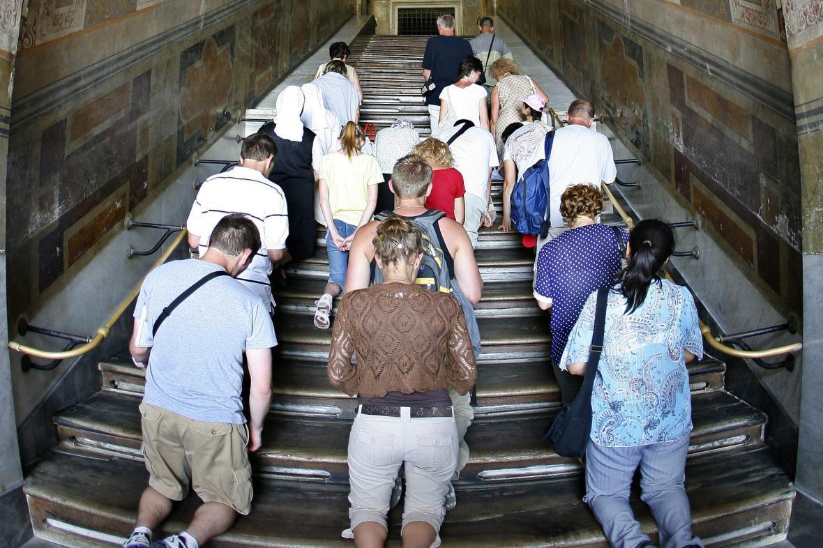 Poutníci na zakrytých Svatých schodech v roce 2007