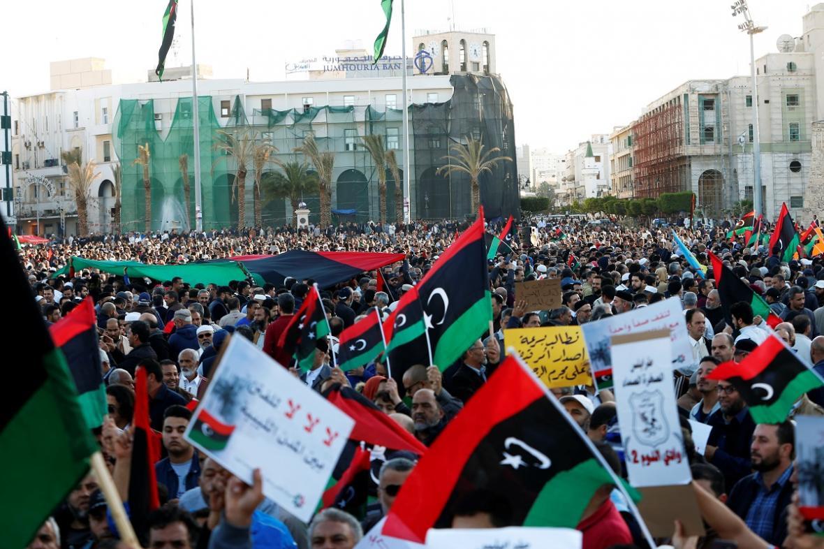Demonstranti v Tripolisu požadují zastavení útoků maršála Haftara
