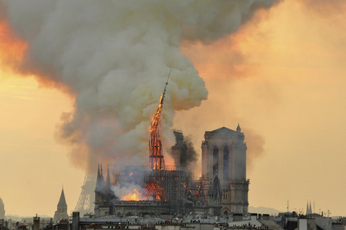 Při požáru Notre-Dame se zřítila věž nad křížením centrální a příčné lodě