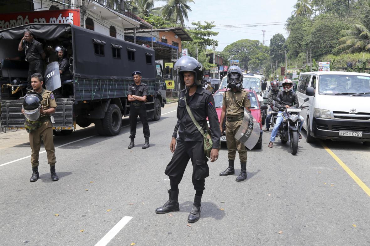 Policisté v Ambateně na Srí Lance