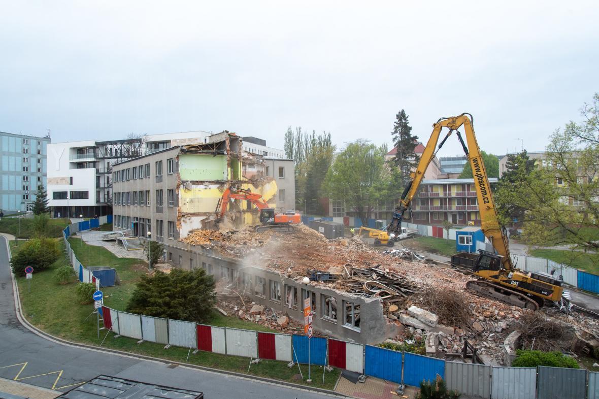 Dělníci začali bourat budovu II. Interní kliniky v areálu olomoucké nemocnice