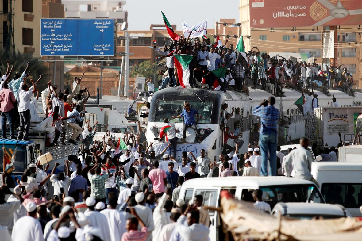 Demonstranti se sjíždějí v Chartúmu
