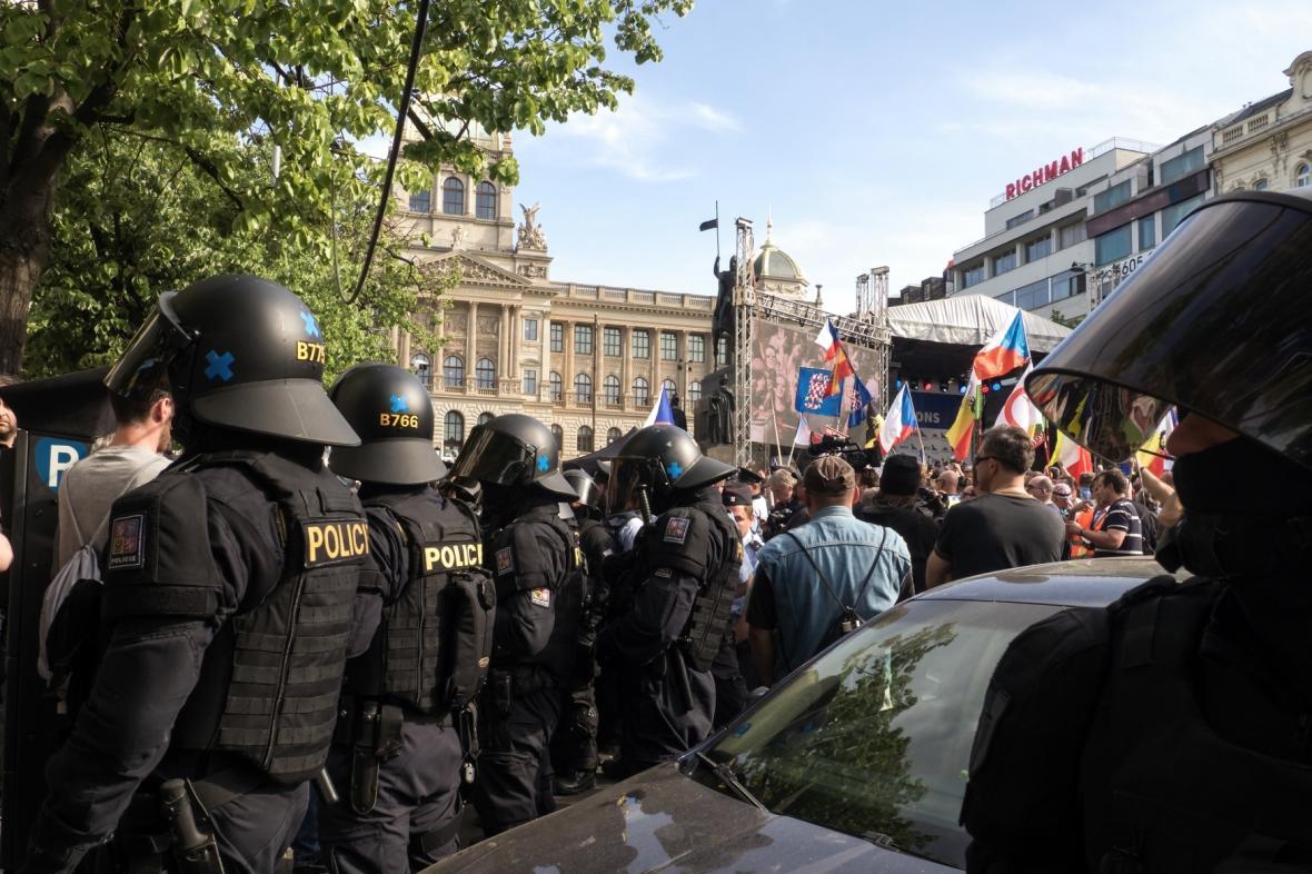 Demonstrace příznivců a odpůrců SPD na Václavském náměstí v Praze