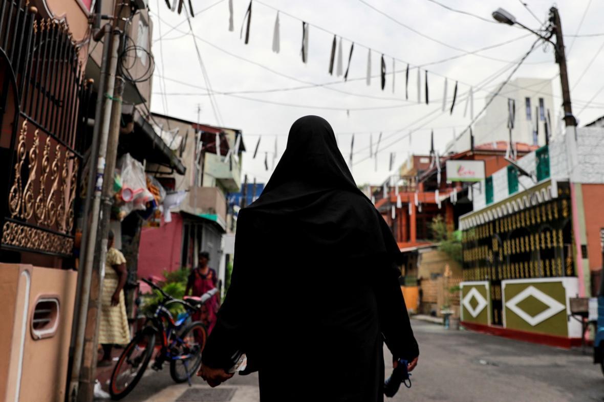 Zahalená muslimská žena prochází ulicí srílanského Kolomba