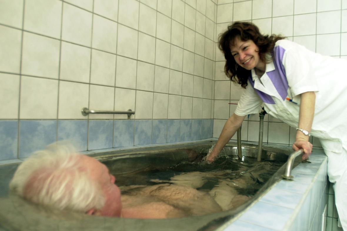 Vodoléčebná procedura v lázních Slatinice