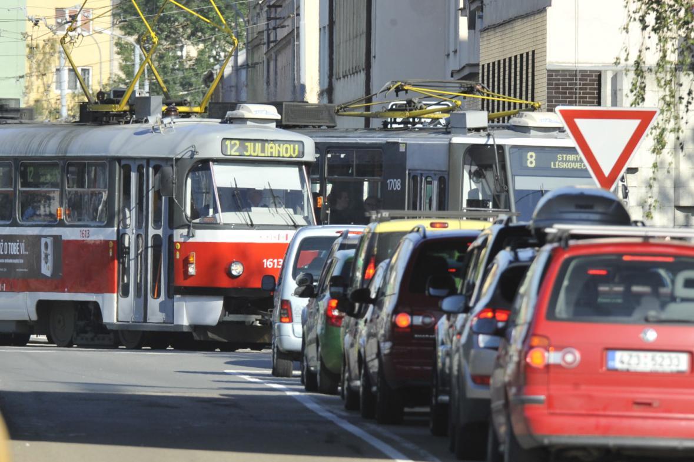 Tramvaje uvězněné v koloně aut
