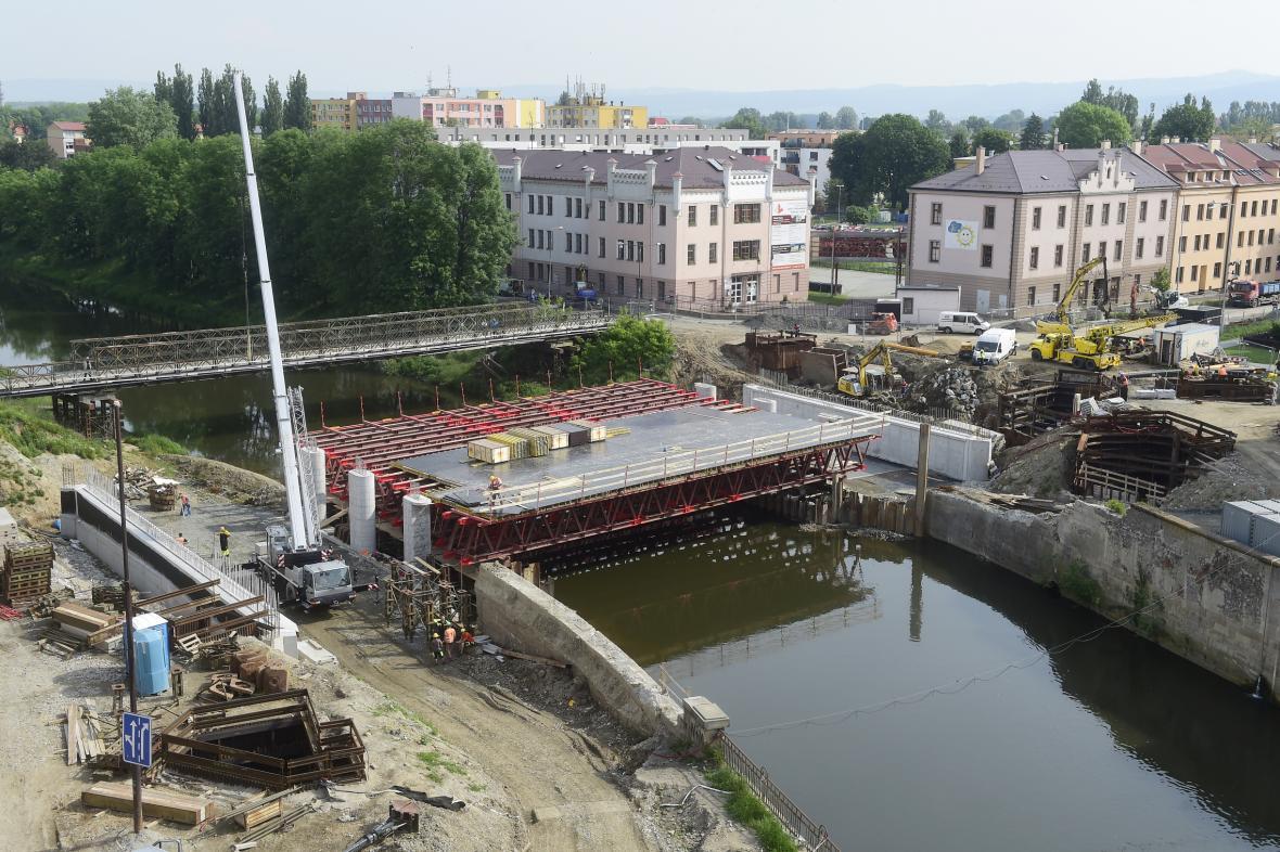 Stavba nového mostu přes řeku Moravu v centru Olomouce