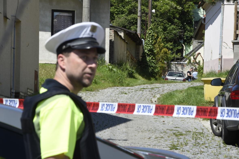 Policisté před domem v Dražůvkách
